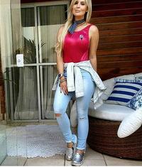 Calça Jeans Delavê Cós Alto Rasgo no Joelho e Barra Desigual Degrant